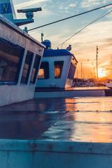 Widok na Łodzie motorówki kutry rybackie w port rybacki przy zachód słońca morze bałtyckie