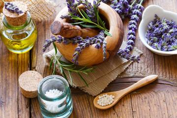 Globuli mit Lavendel und Lavendelöl