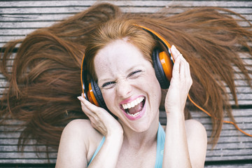 singende frau mit kopfhörern
