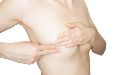 Junge, schlanke Frau tastet ihre Brust auf Knoten oder Brustkrebs ab
