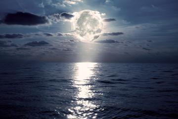 anochece en el mar con la luna y el cielo