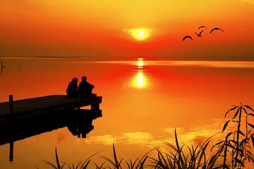 Wall Mural - enamorados mirando la puesta de sol