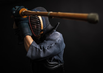 Fotorollo Kampfsport Man is practicing kendo martial arts in traditional armor .He swinging with bamboo sword shinai.