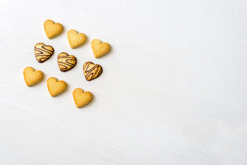 Gebäck Kekse mit Schokolade in Herzform liegen nach dem Backen dekorativ präsentiert