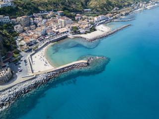 Vista aerea di Pizzo Calabro, Calabria, Italia. Case sulla roccia, porto e molo con barche ormeggiate.