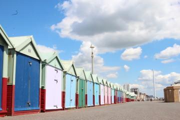 farbige Beach Boxes am Strand von Brighton England