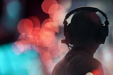 technicien casque scène audio son intermittent spectacle concert contre jour