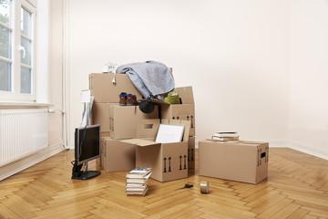 Umzug in eine neue Wohnung mit  Holzfußboden