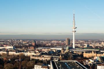 Hamburg Fernsehturm Panorama bei blauen Himmel