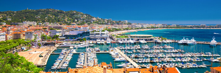 Poster Mediterraans Europa Coastline view on french riviera with yachts in Cannes city center.
