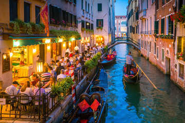 Fotobehang Gondolas Canal in Venice Italy at night