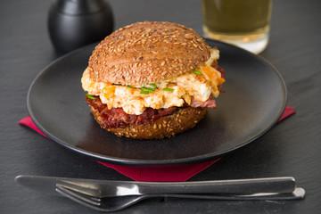 Schinkenspeck-Rührei-Burger