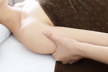 エステサロンでマッサージを受ける女性