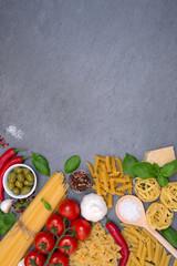 Spaghetti Pasta Nudeln Zutaten kochen Italien Hochformat Fusilli Schiefertafel Essen Textfreiraum