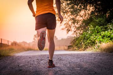 Uomo che corre su una strada sterrata in campagna