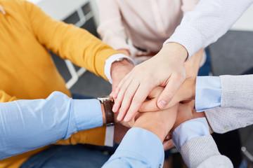 Team stapelt Hände Teambuilding Übung