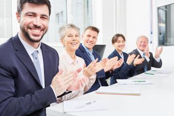 Business Team spendet Applaus