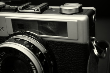 Black and white image of an old camera
