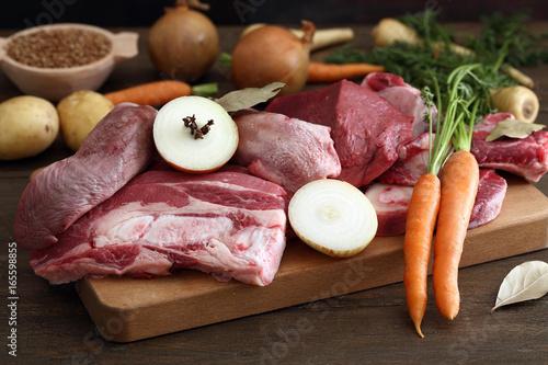 carne cruda di bovino su tavolo di cucina rustico\