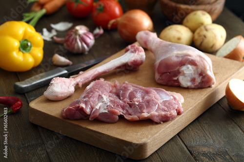 carne cruda petto di pollo sfondo tavolo di cucina rustico\