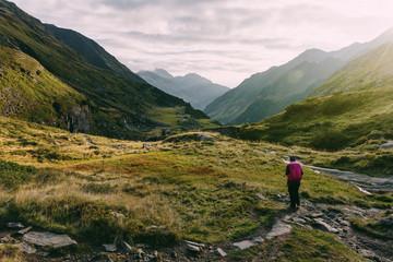 Wanderer bei Sonnenaufgang auf dem Stubaier Höhenweg, Österreich