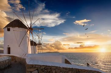 Die Windmühlen von Mykonos bei Sonnenuntergang, ohne Menschen, Griechenland