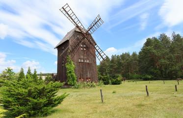 Fototapeta  Zabytkowy wiatrak drewniany typu koźlak, w przeszłości charakterystyczny dla polskiego krajobrazu wiejskiego obraz