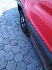 Roter Kleinbus auf Pflaster