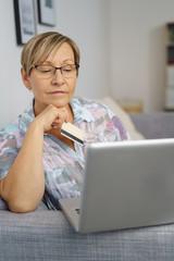seniorin bestellt etwas im internet und zahlt mit kreditkarte