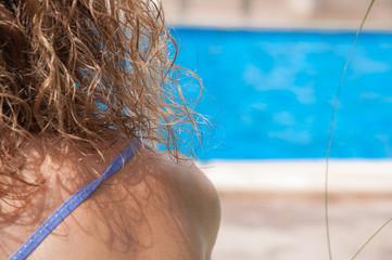Mujer en piscina de verano
