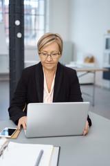 kompetente, ältere geschäftsfrau im büro