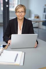 ältere geschäftsfrau arbeitet am notebook