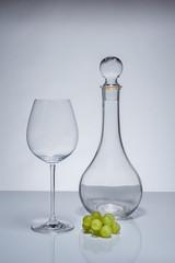 Weinglas mit Karaffe und Trauben