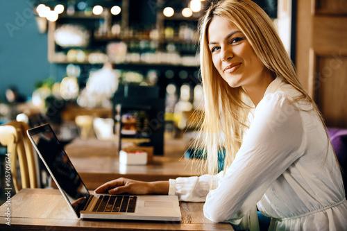 freelance job in coffee shop stockfotos und lizenzfreie. Black Bedroom Furniture Sets. Home Design Ideas