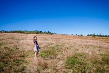 Fillette en randonnée au Crêt de la Perdrix dans le Parc du Pilat