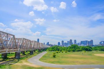 大阪・淀川を渡る鉄橋とビジネス街
