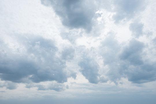 ciel nuageux gris sombre pluvieux menaçant pluie mauvias temps météo prévision dépression nuage