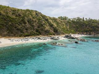Paradiso del sub, spiaggia con promontorio a picco sul mare. Zambrone, Calabria, Italia. Immersioni relax e vacanze estive. Coste italiane, spiagge e rocce