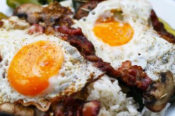 Spiegeleier mit Bauchspeck auf Mangold, Lauch und Reis, eiweißreiche Nahrung