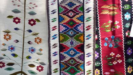 Teppiche auf einem Markt in Bukovina in Rumänien