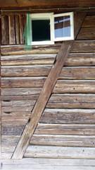 Holzfenster einer Hütte in Rumänien