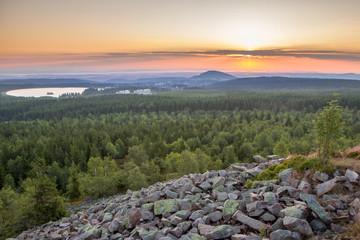 Blick über das Erzgebirge mit Altenberg bei traumhaften Sonnenaufgang in goldenem Licht