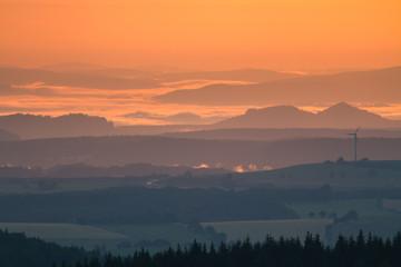 Panoramablick über das Erzgebirge bei traumhaften Sonnenaufgang mit goldenem orangen Licht