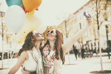 Frauen machen Urlaubsfotos