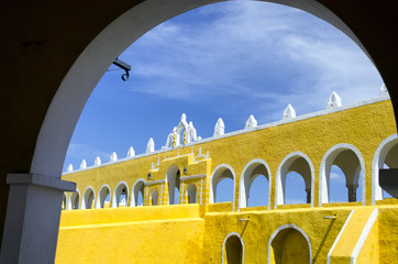 Fototapete - Entrance of Monastery in Izamal