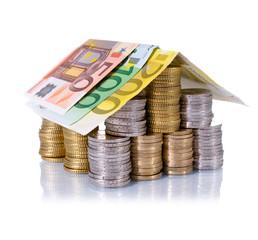 Haus aus Euromünzen und Scheinen