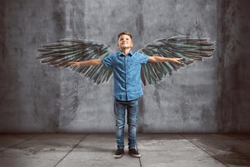 Kind mit steht vor gemalten Flügeln