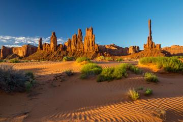 Foto op Aluminium Sonnenaufgang in der Wüste des Monument Valleys mit dem Totem Pole