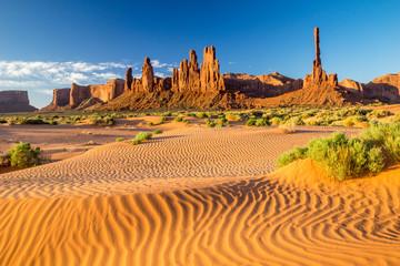 Sonnenaufgang in der Wüste des Monument Valleys mit dem Totem Pole