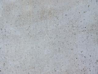 Glatte Betonwand mit farbigen Einschlüssen